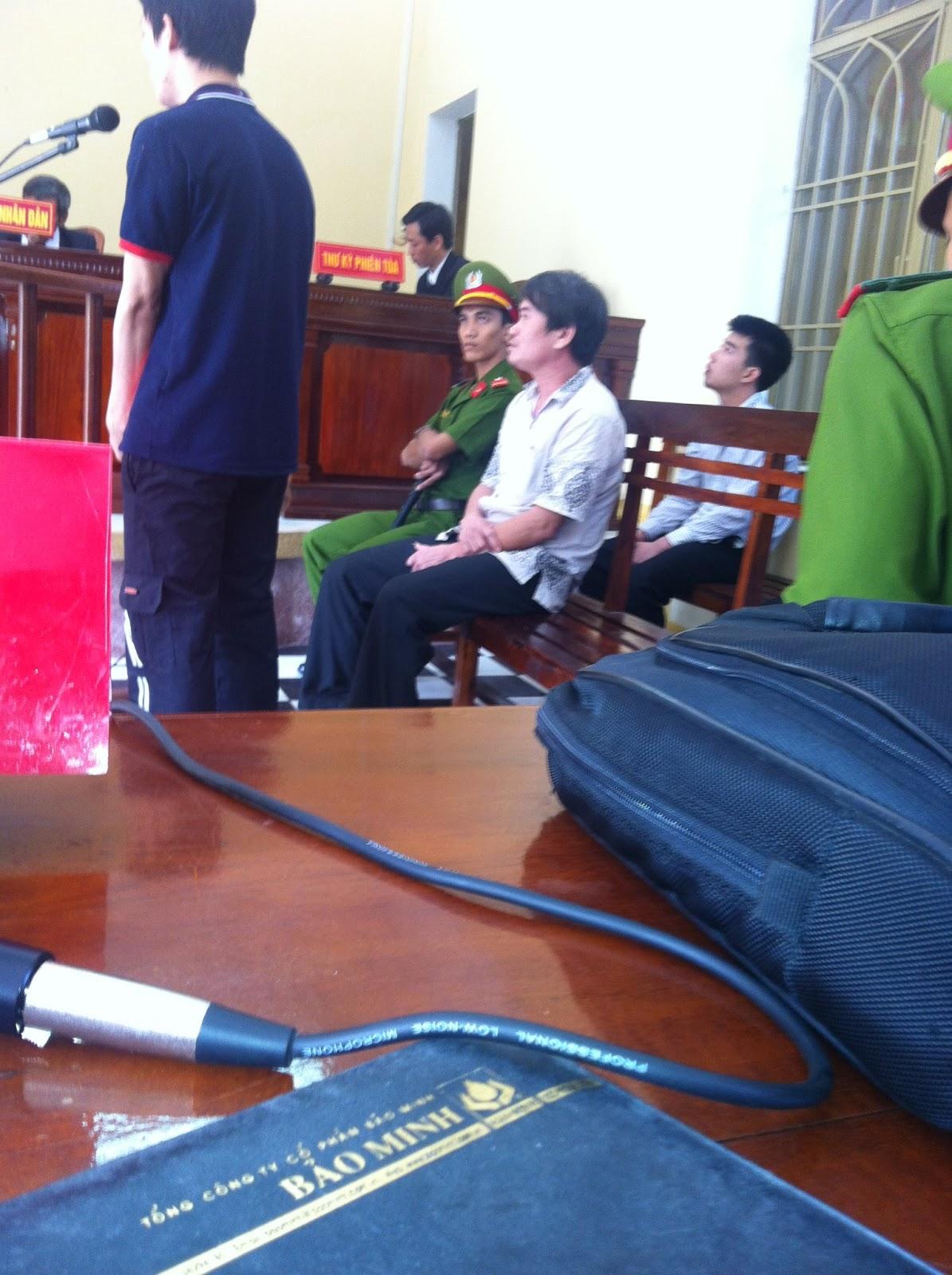 Bị cáo Phạm Hữu Quyền  (áo trắng hàng ghế trên) tại phiên tòa
