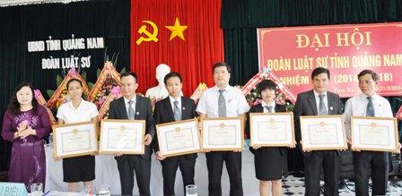Đ/c Nguyễn Thị Kim Dung tặng bằng khen cho các tập thể và cá nhân có thành tích xuất sắc trong hành nghề luật sư. (Ảnh: X.Nghĩa)